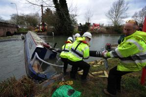 Narrowboat rescue mission at Botley Bridge set to complete tonight
